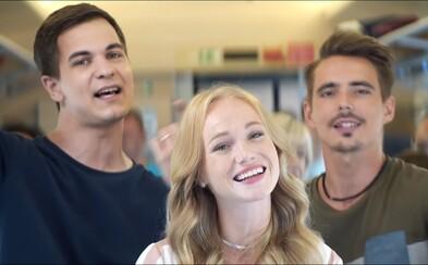 S hudbou vesmírnou lákajú ľudí do vlakov v novom videoklipe. Stáť dve hodiny v zápche je vraj hlúposť