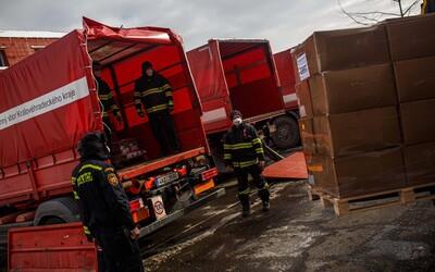 S rozvážením 500 000 roušek a respirátorů na Trutnovsku pomáhají hasiči i fotbalisté