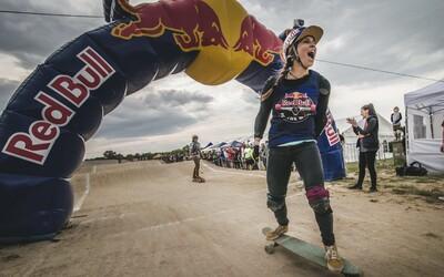 Šampionka na startu! Eva Samková si zpříjemňuje přípravu longboardovým závodem