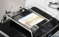 Samsung ukázal rolovací displej ako zo sci-fi filmu. V budúcnosti z neho budú flexibilné smartfóny a tablety