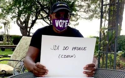 """Samuel L. Jackson ve videu nadává česky. Říká """"jdi do pr**le"""""""