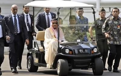 Saúdského krále museli při exkurzi po prezidentském paláci vozit v golfovém vozíku. Rozlehlý pozemek by dal zabrat i lidem v lepší formě