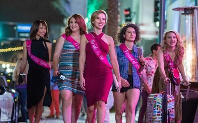 Scarlett Johansson, Kate McKinnon či Zoë Kravitz na prvej fotke z očakávanej R-kovej komédie Rough Night, v ktorej 5 kamarátok zabije striptéra
