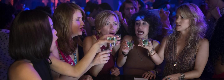 Scarlett Johansson s kamarátkami počas divokej babskej jazdy nechtiac zabije striptéra. Bláznivá čierna komédia dorazila s novým trailerom