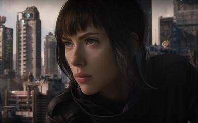 Scarlett Johansson sa dozvedá pravdu od tajomného nepriateľa v ďalšom vizuálne strhujúcom traileri pre veľkolepé sci-fi Ghost in the Shell