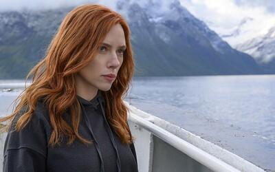 Scarlett Johansson zažalovala Disney. Vadí jí, že Black Widow uvedlo v kinech a na Disney+ současně