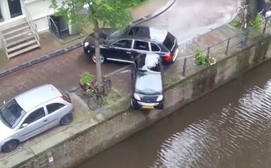 Scéna jako vystřižená z GTA! Luxusní Porsche během honičky sestřelilo Smart do vody