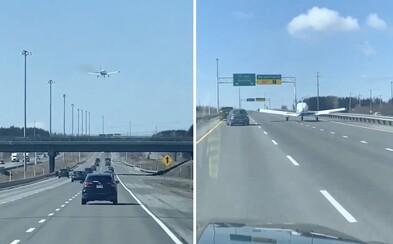 Scéna jako z akčního filmu, pilot letadla nouzově přistál na dálnici plné aut