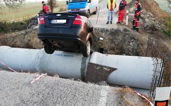Scéna ako z akčného filmu: Šofér si to namieril cez kráter, auto skončilo v jame. Tento kaskadérsky kúsok si bude dlho pamätať