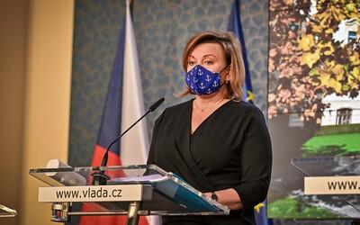 Schillerová zaplatila pokutu 1500 korun za to, že jela na kontrolu respirátorů bez pásů