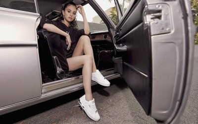 Sebevědomá Selena Gomez pózuje v nových teniskách Puma Cali Star