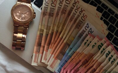 Šéf banky poslal milion eur z účtů bohatých na účty chudých. Za své činy nepůjde do vězení