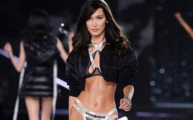 Šéf Victoria's Secret sledoval Bellu Hadid během zkoušky prádla z gauče, utrousil přitom i nevhodnou poznámku o jejích prsou