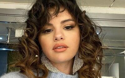 Selena Gomez a The Weeknd si posielajú odkazy cez skladby. Fanúšikovia veria, že je stále zaľúbená