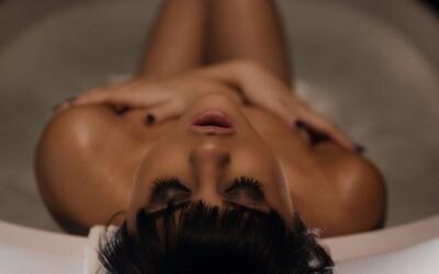 Selena Gomez sa v sexy videoklipe dostáva do problémov kvôli mužovi, ktorým je posadnutá