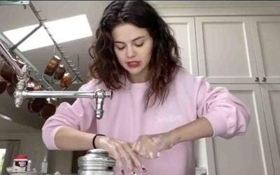 Selena Gomez ťa naučí, ako si správne umývať ruky. Chce, aby novú výzvu splnili aj Cardi B a Gigi Hadid