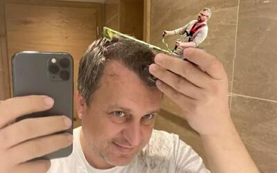 Selfie Andreja Danka s holiacim strojčekom pobláznila internet. Ostrihám vás všade je adaptácia na esemesky so Zsuzsovou