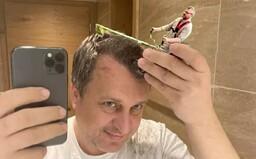 Selfie Andreja Danka s holiacim strojčekom pobláznila internet. Ostrihám vás všade je adaptácia na SMSky so Zsuzsovou