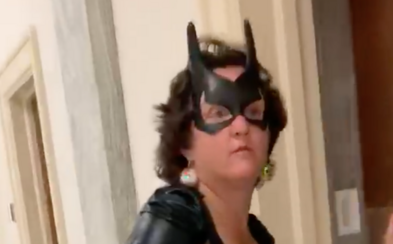 Senátorka prišla na hlasovanie v halloweenskom kostýme: Batgirl nechýbala maska, plášť ani kožené čižmy nad kolená