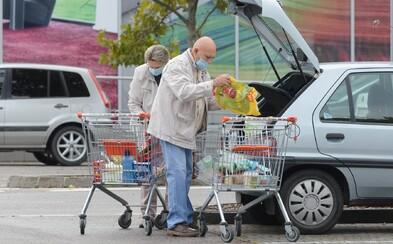 Senior napadl druhého francouzskou holí před supermarketem v Praze. Skončil v nemocnici