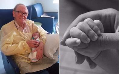 Senior pravidelně navštěvuje pediatrii, kde ve volném čase pečuje o předčasně narozená miminka