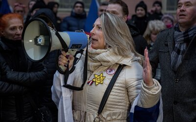 Seniorská ombudsmanka protestovala v Praze s židovskou hvězdou. Dostala okamžitou výpověď