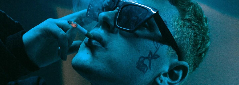 Sensey dostal platinu za debut, vydal album Bratan 2.0. Přijel jej představit v tanku