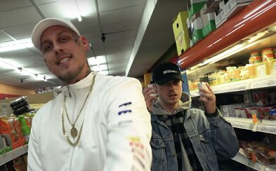 Separ a Karlo rapují ve večerce na společné skladbě Čaba Neblázni