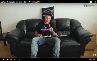 Sergei Barracuda číta komentáre svojich hejterov. Do videa si pre istotu zobral aj zlaté AK-47