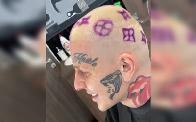 Sergei Barracuda má nový účes. Blonďaté vlasy mu zdobí fialové logo Louis Vuitton