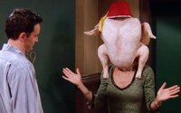 Seriálová Monica Geller opäť tancuje s moriakom na hlave: Zopakovala si nezabudnuteľnú scénu z Priateľov