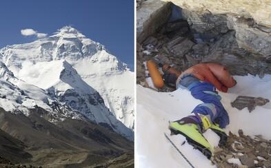 Šerpa pomáhá čistit Mt. Everest. Snáší odpad, lidská těla i výkaly