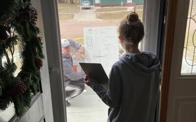 Šesťačka nerozuměla domácímu úkolu z matematiky. Její učitel přišel na její verandu a přes okno jí vše vysvětlil
