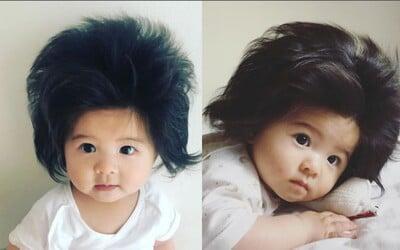 Šestiměsíční holčička z Japonska má vlasy, které jí budeš závidět