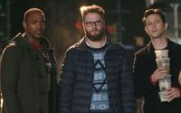 Seth Rogen a Joseph Gordon-Levitt si ulietavajú na drogách a alkohole v novom traileri vianočnej komédie