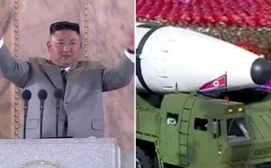 Severná Kórea odhalila gigantickú balistickú raketu. Režim chce odpaľovať viacero jadrových hlavíc naraz, hlásia experti