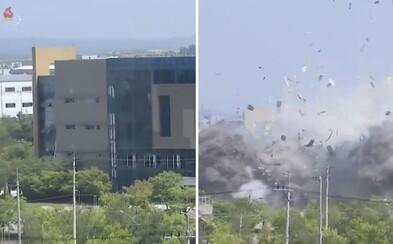 Severní Korea ukázala video, na kterém je vidět, jak explodovala budova styčného úřadu s jihem