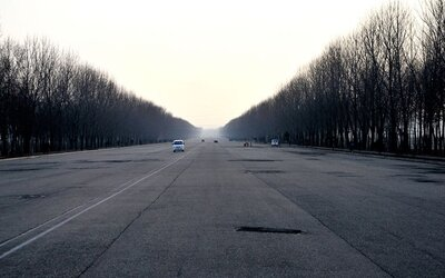 Severní Korea na zajímavých fotografiích. Nechybí chudý venkov, fotbalová zákoutí či prázdné dálnice