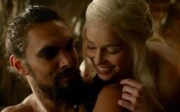 Sexuální scény v Game of Thrones byly pro Emilii Clarke nepříjemné. Jason Momoa ji zakrýval nahou a chránil před tlakem od HBO