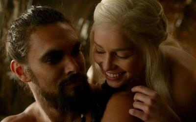 Sexuálne scény v Game of Thrones boli pre Emiliu Clarke nepríjemné. Jason Momoa ju zakrýval nahú a chránil pred tlakom od HBO