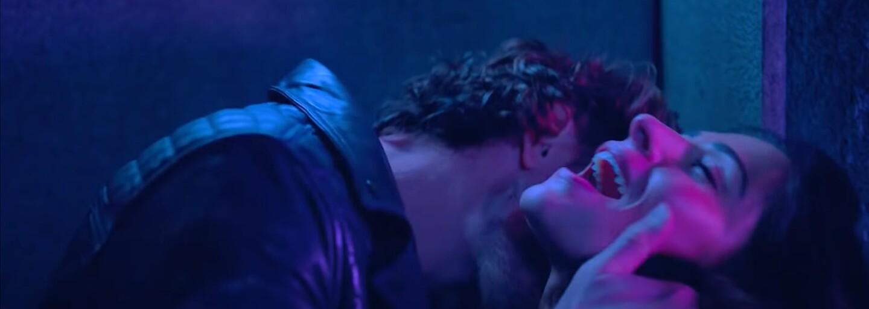 Sexy milfka miluje svojho manžela, túži však po inom mužovi a nezáväznom sexe. Netflix láka na šteklivý seriál
