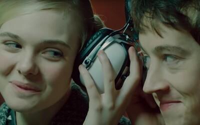 Sexy mimozemšťanka Elle Fanning prežíva lásku vo víre britského punku. Originálna sci-fi komédia podľa Neila Gaimana láka štýlovým trailerom