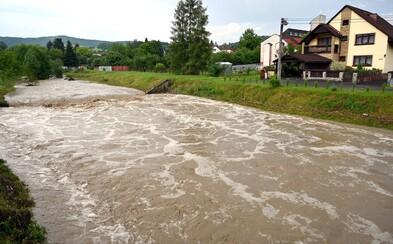 SHMÚ varuje pred intenzívnymi búrkami, krupobitím a povodňami. Pre ktoré okresy vydal výstrahu?