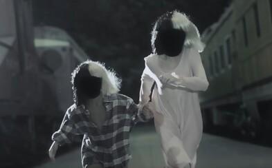 Sia a dve deti v parochniach hľadajú cestu domov vo videoklipe Never Give Up
