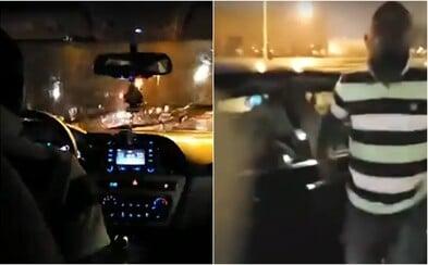 Šílený řidič Uberu v USA se nebezpečně řítil po městě a cestující nechtěl vyložit. Jeho jízdu vysílali živě