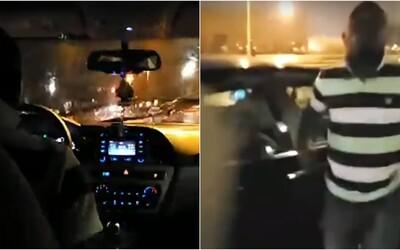 Šialený vodič Uberu v USA sa nebezpečne rútil po meste a cestujúcich nechcel vyložiť. Jeho jazdu vysielali naživo
