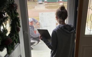 Šiestačka nerozumela domácej z matematiky. Jej učiteľ prišiel na jej verandu a cez okno jej všetko vysvetlil
