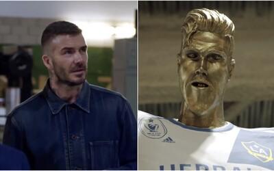 Šilhavý David Beckham se třemi zuby a gigantickým zadkem. Ohavnou sochu na počest fotbalisty museli rozbít