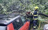 Silné bouřky v Česku připravily o elektřinu 17 000 domácností. Další bouře dorazí i v neděli