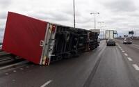 Silný vietor v Bratislave prevrátil kamión. Miestami dosahuje nárazovú rýchlosť 115 kilometrov za hodinu